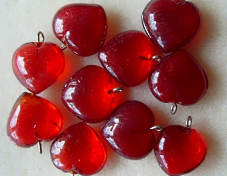 10 glass heart pendants, 15mm Red