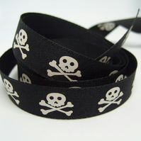 15mm skull and crossbones ribbon, 1 metre.