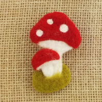 Toadstool brooch needlefelt red and white mushroom felt badge pin