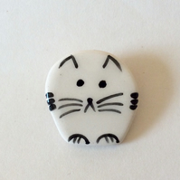 Ceramic cat brooch.