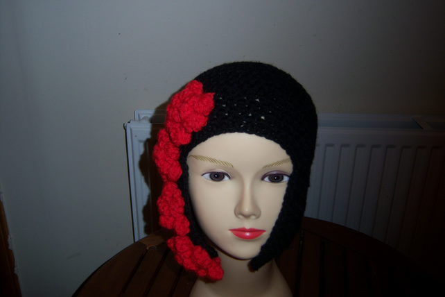 EARFLAP HAT  ROSES DOWN SIDE CHUNKY 22INS HEAD BLACK