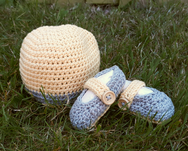 Newborn baby hat and bootie gift set