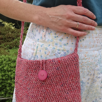 Crushed strawberry-coloured crocheted shoulder bag in recycled Rowan yarn