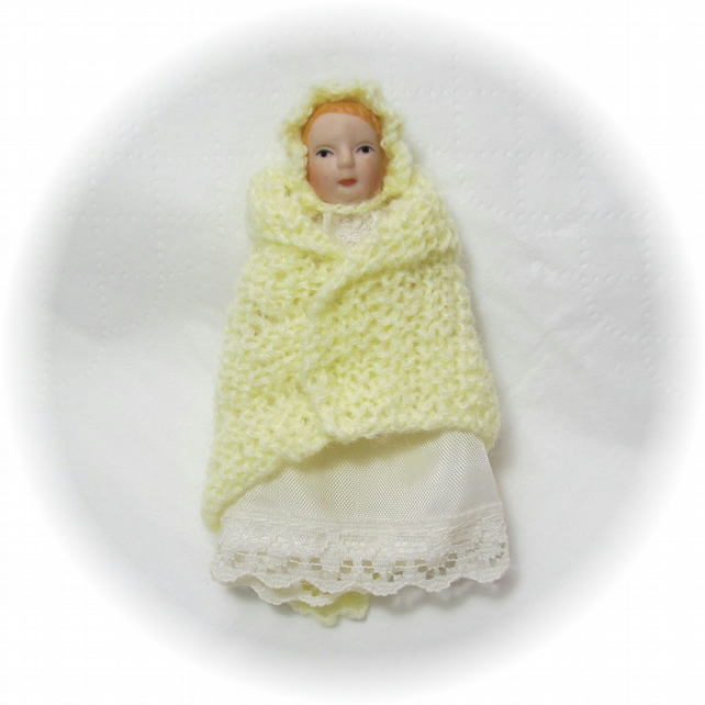 Dolls House 1:12th scale miniature baby shawl and bonnet, lemon