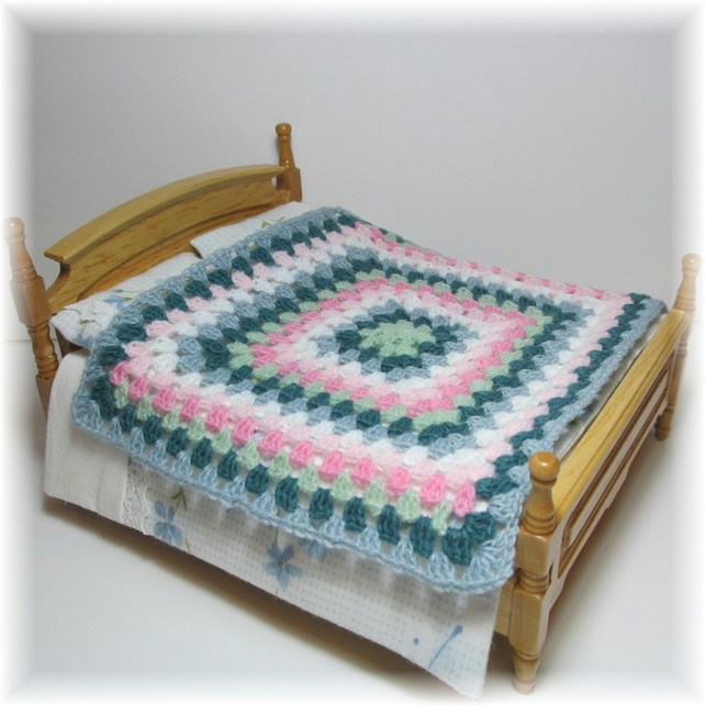 Dolls House 1:12th scale bedding. Crochet bedspread, blanket, throw (c8)