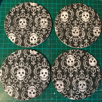 Set of 4 round Wooden Coasters (black with skulls)
