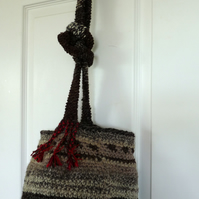 Woolen crotcheted bag with long handle