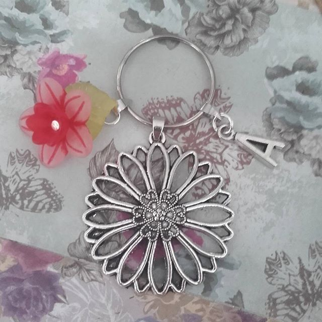 Daisy keyring personalised custom keychain flowers initial letter bag charm