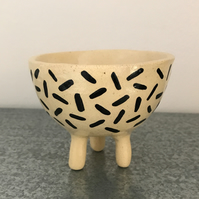Ceramic tripod bowl with dash design