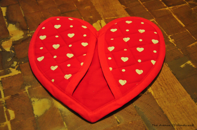 HALF PRICE SALE Quilted heart shaped oven mitt pot holder