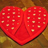 Quilted heart shaped oven mitt pot holder