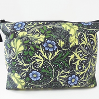 Dumpy bag, leafy, green, plants, seaweed, boxy wash bag, cosmetic bag, zip bag.