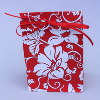 10 Origami gift bags in red with white flowers