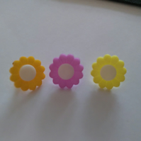 6 small daisy shaped buttons