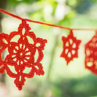Red snowflake garland. Crochet Christmas decoration. Christmas crochet bunting.