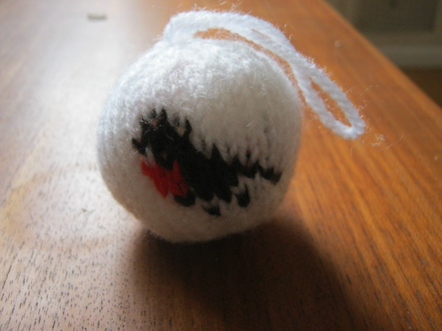 Knitted Fairisle Bauble with robin motif