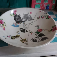 Fruit bowl decorated with cats and flowers.