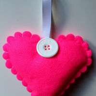 FELT SCALLOPED HEART DECORATION - BRIGHT PINK