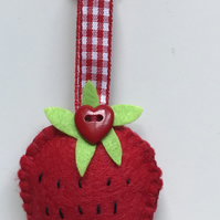FELT STRAWBERRY KEY RING