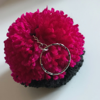 POM POM KEY RING IN FUCHSIA PINK & BLACK