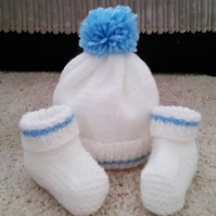 Baby boy pom pom hat and booties white bobble hat 0-3 months