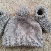 Baby boy pom pom hat and booties bobble hat 0-3 months