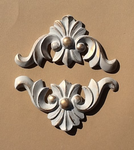Pair of corner piece mouldings