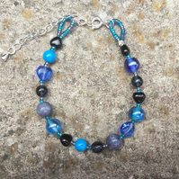 Blue howlite & agate glass heart-shaped bead bracelet