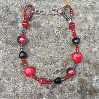Stunning black and red glass heart-shaped bead bracelet