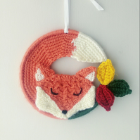 Crochet sleepy fox and leaves - Autumnal woodland scene wall hanging (6 inch)