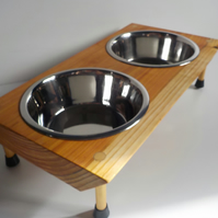 Wooden Raised Dog Feeder comes with 2 x 21 cm bowls for larger dog.