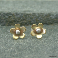 Daisy stud earrings in brass with silver bead