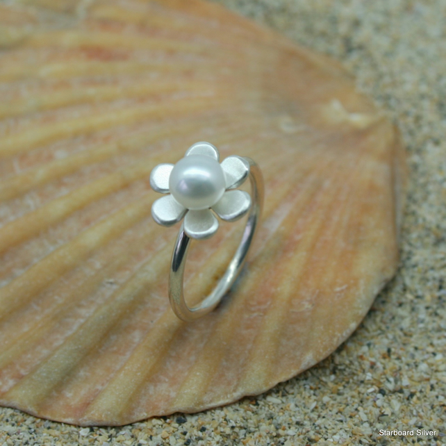 Handcrafted silver daisy ring with single freshwater pearl