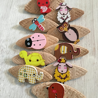 10 wooden badges with an animal theme