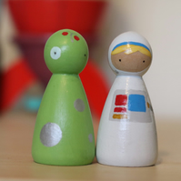 Astronaut and alien peg doll play set