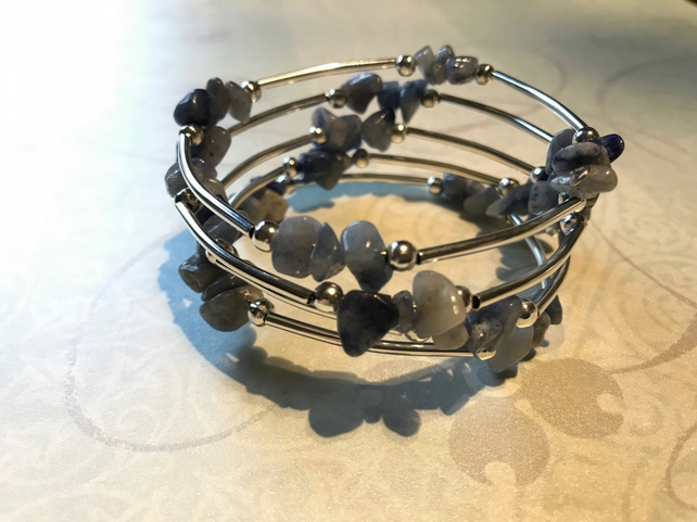 Blue gemstone chip and silver coloured tube bead memory wire bracelet