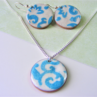 Blue and white patterned enamelled set - earrings and necklace.