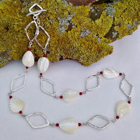 Mother of pearl and hammered link necklace