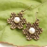 Flower and faux pearl retro earrings