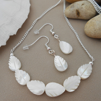 Mother of pearl leaf shaped jewellery set.