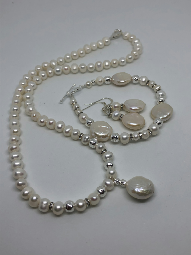 Stunning pearl necklace with matching bracelet and earrings - free UK postage
