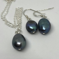 Fabulous freshwater pearl necklace and earrings - free UK postage