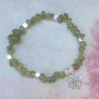 Green Peridot Chip Elastic Bracelet with Four Leaf Clover Charm