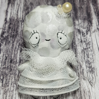 Miniature Moon Doll, Béla