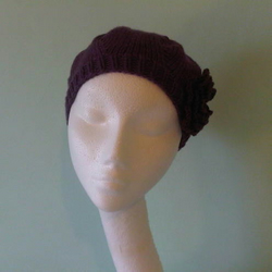 Classic beret in purple with crocheted flower
