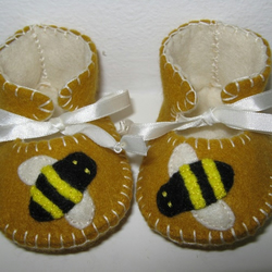BEAUTIFUL ANTIQUE GOLD AND CREAM BABY BOOTIES WITH CUTE BEES MOTIFS