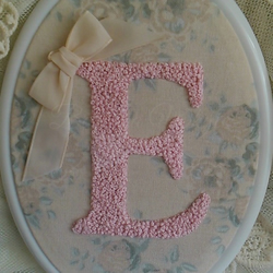 Monogrammed E chic plaque girl baby name