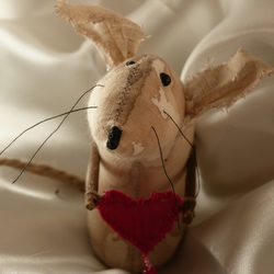 Valentine primitive Mouse,holding a rustic heart scented in Turkish Delight
