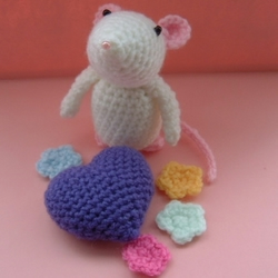 Amigurumi Mouse With Heart & Flowers