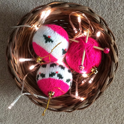 3 Knitted baubles pink